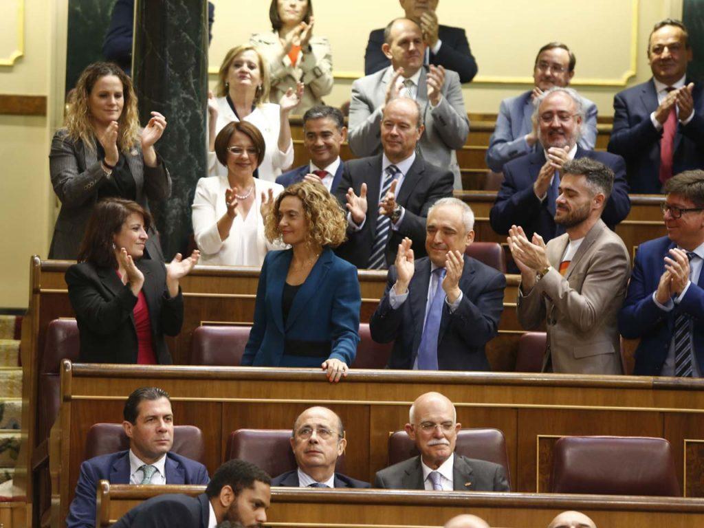 Meritxell Batet recide el aplauso de sus compañeros tras ser elegida presidenta del Congreso.