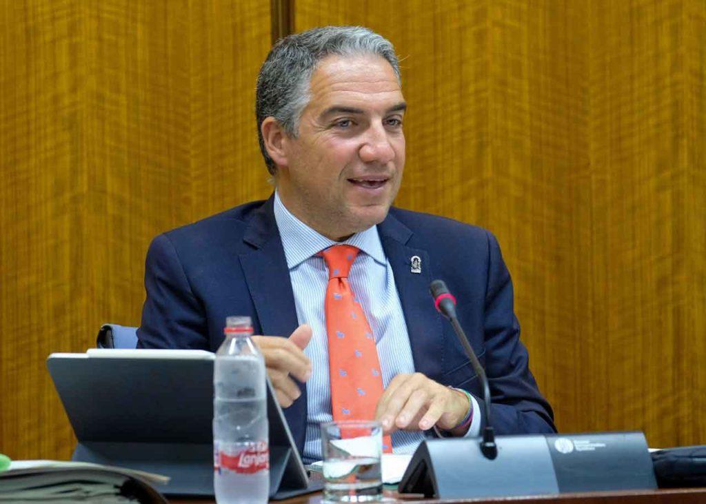 Elías Bendodo durante la comparecencia en el Parlamento andaluz.