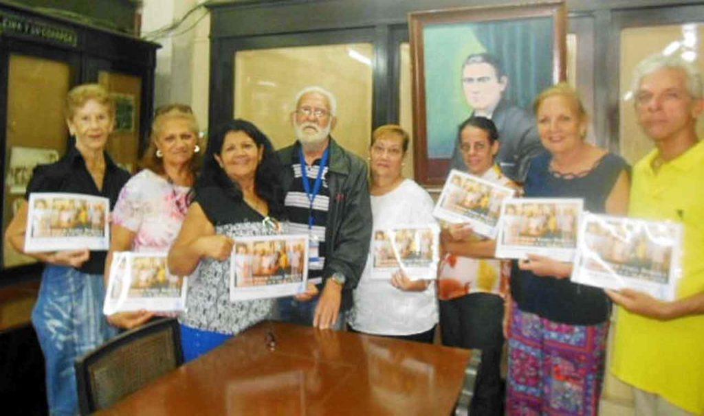 Los asistentes al curso con sus diplomas junto al profesor Manuel Álvarez.