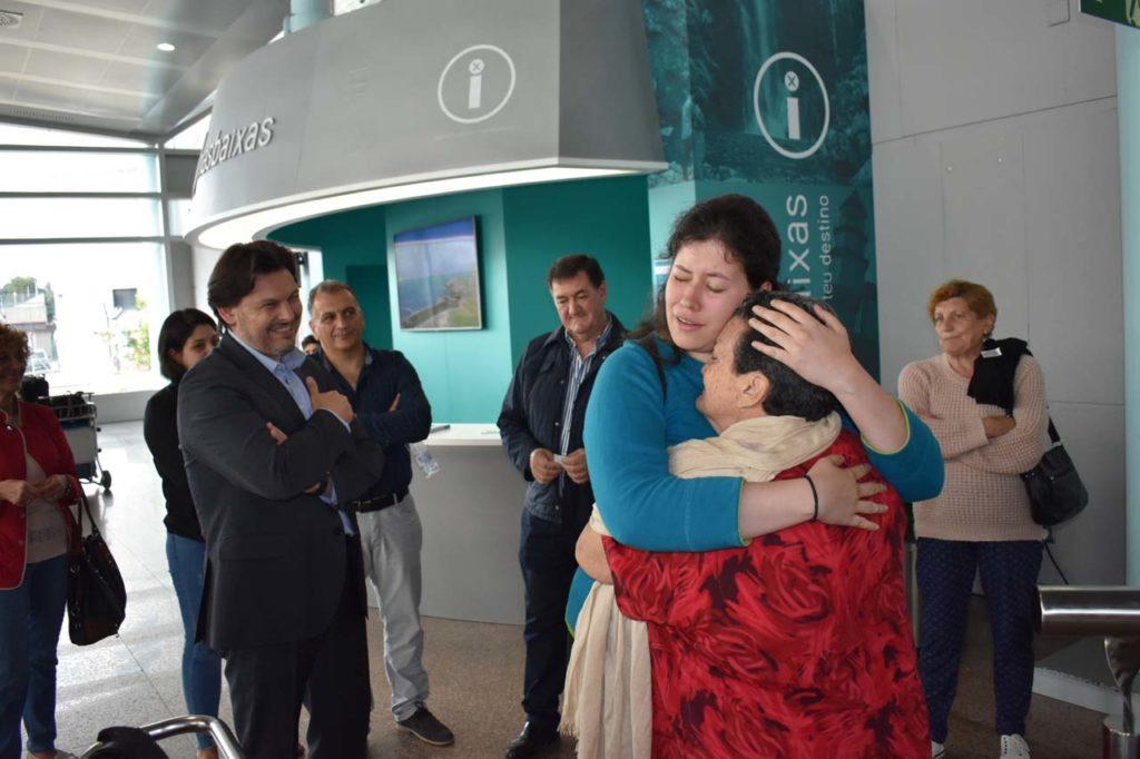 Rodríguez Miranda contempla el abrazo una emigrante con su joven descendiente.
