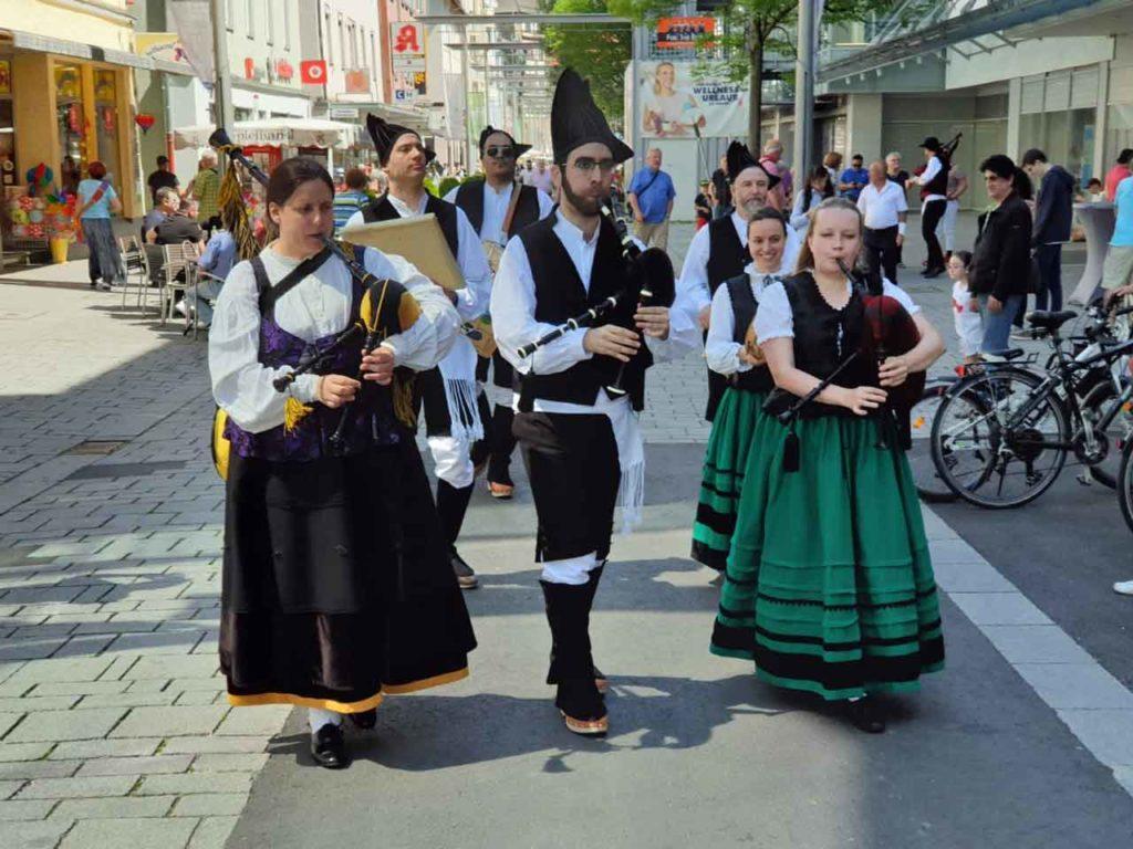 Paseando el folclore gallego por las calles de Esslingen.