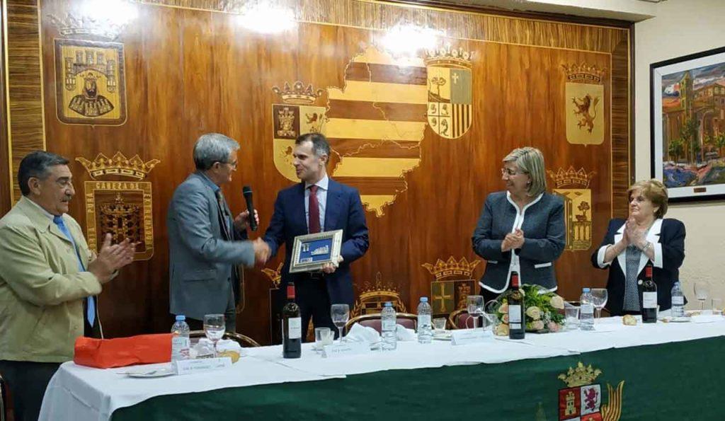 El secretario general recibió un obsequio por su visita.