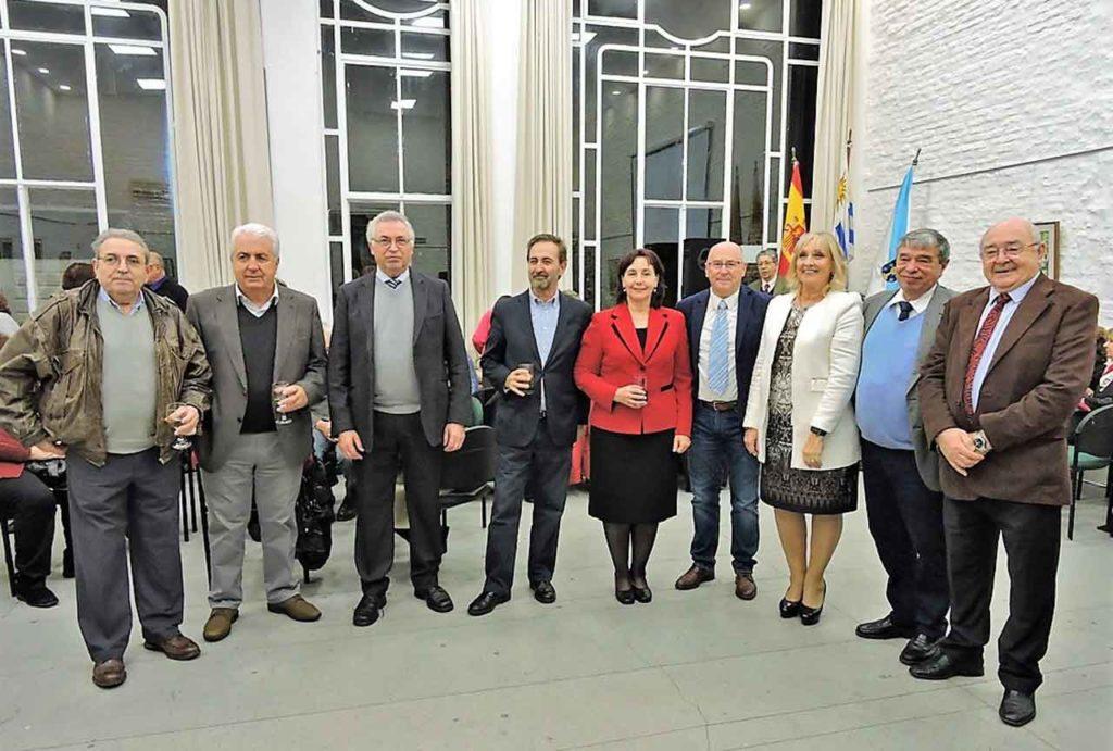 La presidente del Patronato, de rojo, flanqueada por el cónsul José Rodríguez Moyano, a su derecha, y el consejero de Trabajo, Vicente Pecino, a su izquierda.