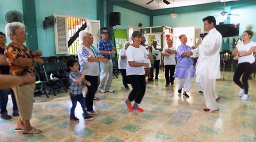 Demostración de ejercicios libres de taichí.