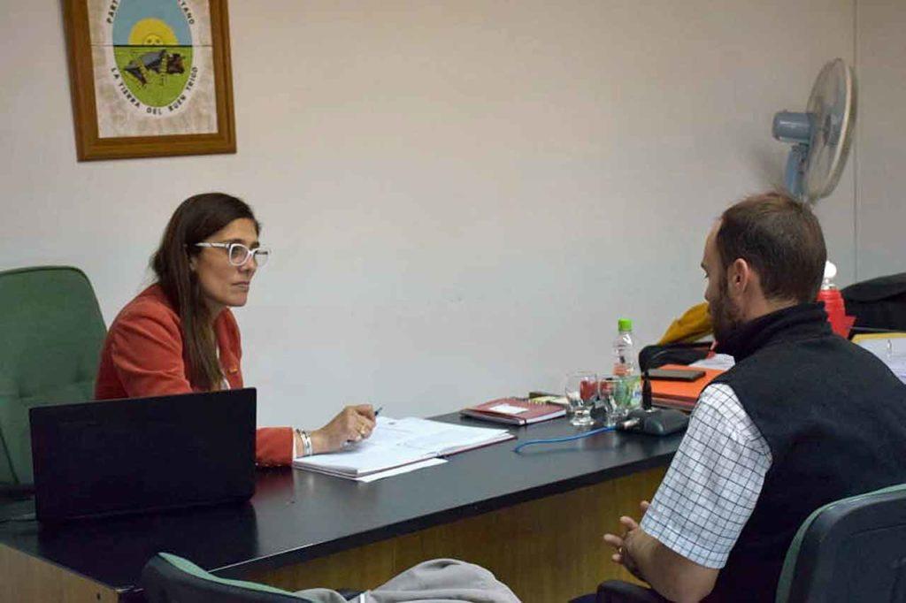 La vicecónsul atendiendo una consulta en San Cayetano.