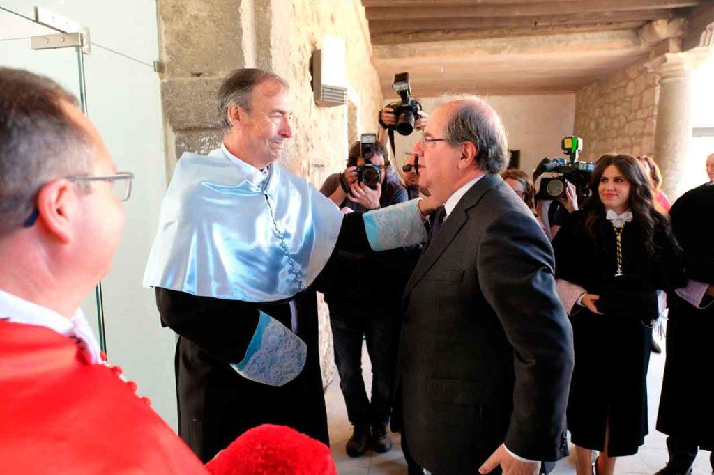 Juan José Laborda conversa con Juan Vicente Herrera tras la investidura del primero como doctor Honoris Causa.