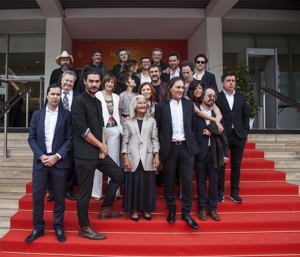 El equipo de la película posa en Cannes antes del estreno en el Festival.
