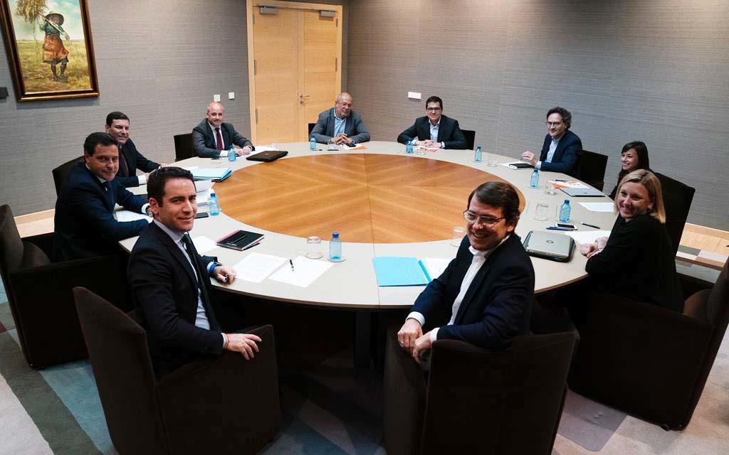 Imagen de una de las reuniones entre PP y Ciudadanos con Mañueco en primer término (derecha) e Igea al fondo (centro).