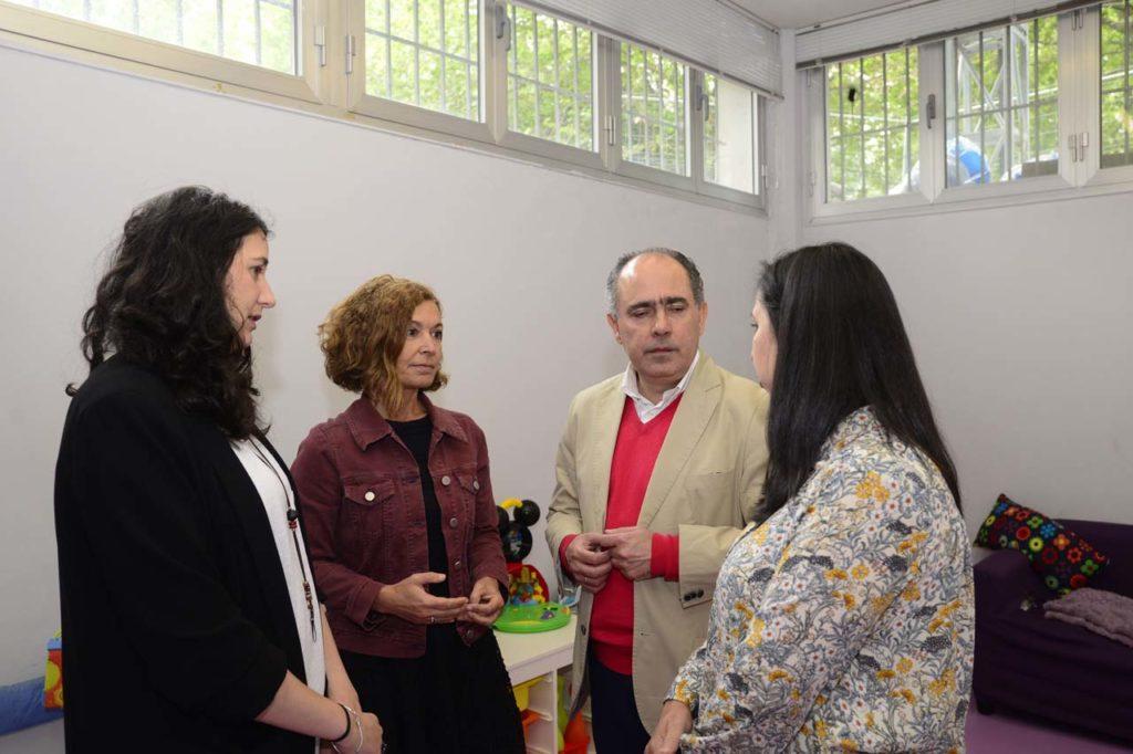 El director xeral de Inclusión Social, Arturo Parrado, visitó la asociación Viraventos en A Coruña.