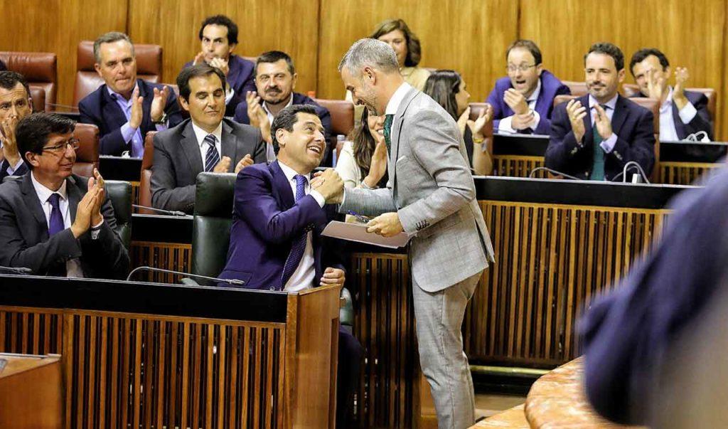 El presidente de la Junta, Juanma Moreno, felicita al consejero de Hacienda, Juan Bravo, por su defensa de las cuentas para 2019.