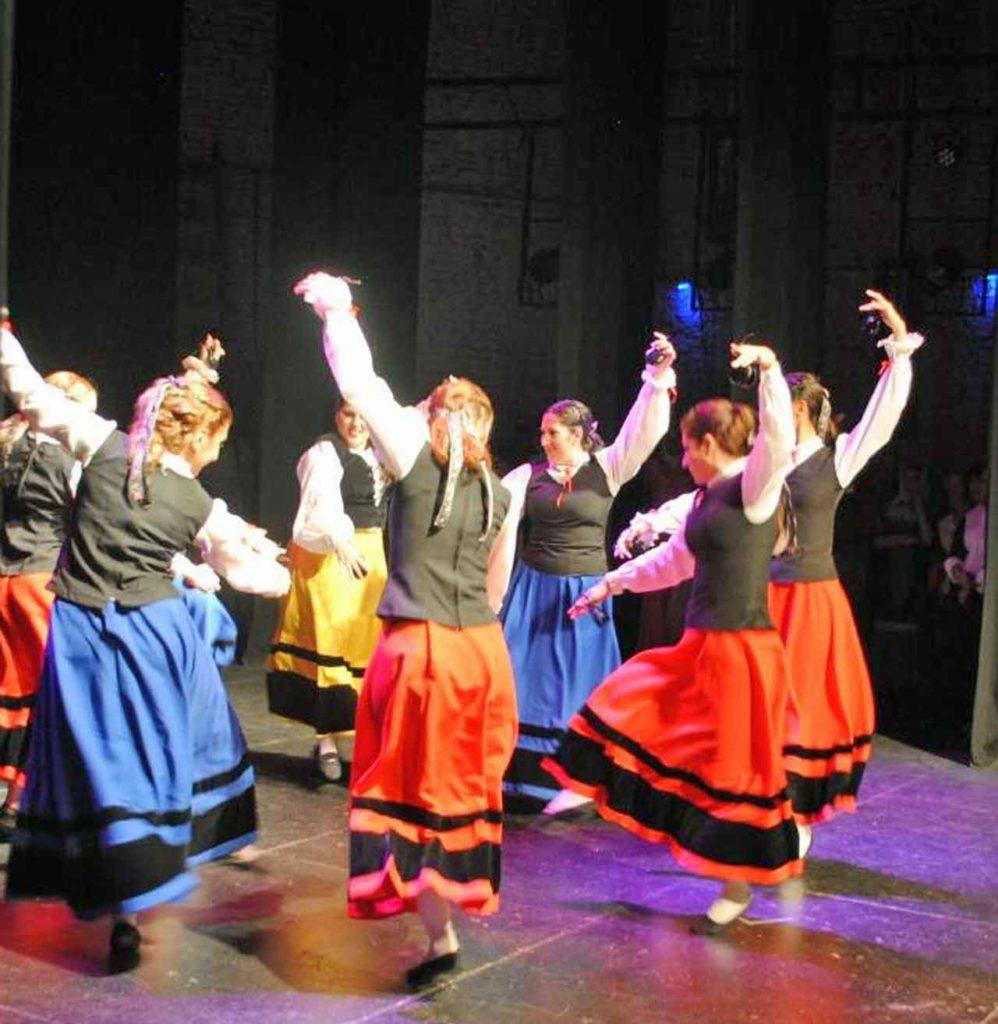 Actuación del conjunto de danzas del Centro Castilla y León de Rosario.