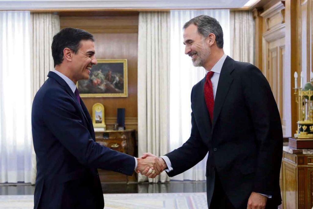Pedro Sánchez saluda al rey durante el encuentro en el que Felipe VI le encargó formar Gobierno.