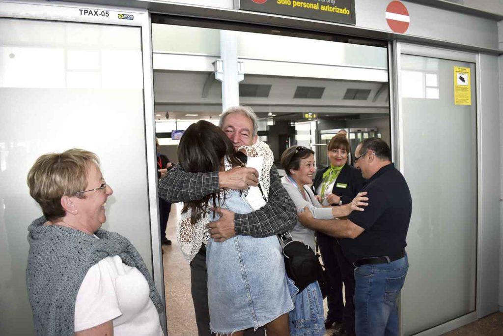 Emigrantes españoles se abrazan con sus familiares a su llegada al aeropuerto de Vigo.
