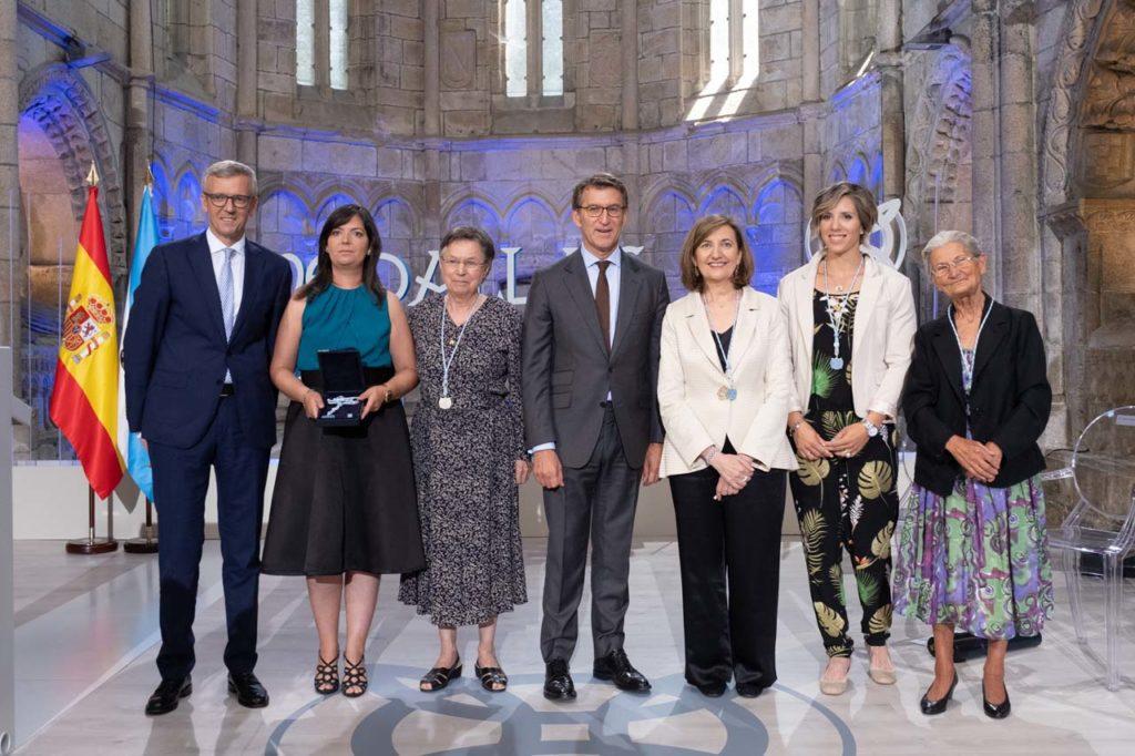 Núñez Feijóo y el vicepresidente Alfonso Rueda con Verónica Verés, Jeanne Picard, Marisa Crespo, Teresa Portela y Benedicta Sánchez.