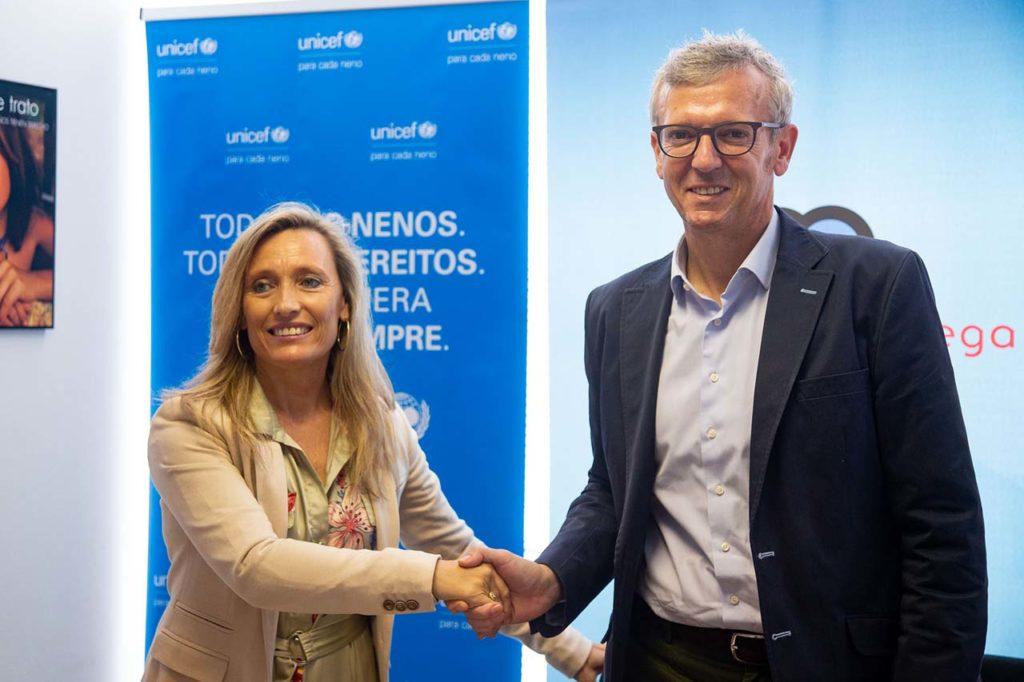 El vicepresidente de la Xunta, Alfonso Rueda, firmó el convenio de colaboración con la presidenta de Unicef Comité Galicia, Myriam Garabito.