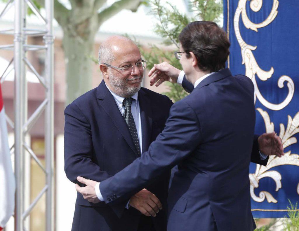 Mañueco abraza a Igea tras su toma de posesión del cargo.