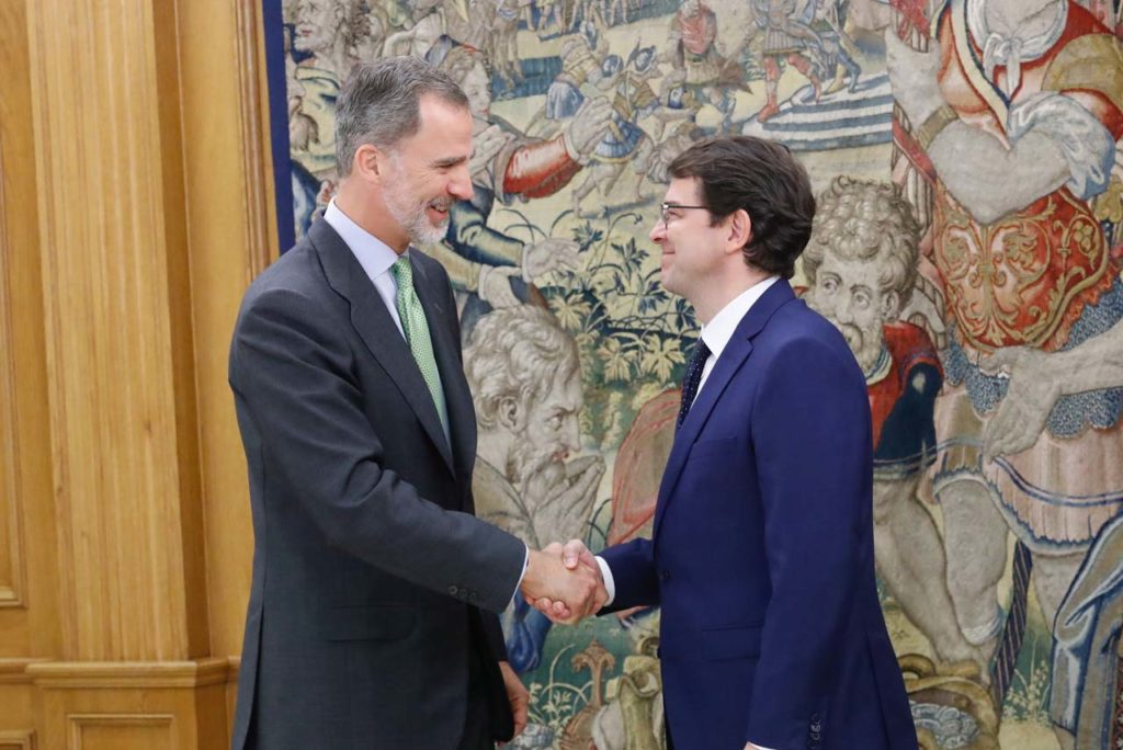 El Rey de España, Felipe VI, saluda al presidente de la Junta de Castilla y León, Alfonso Fernández Mañueco.