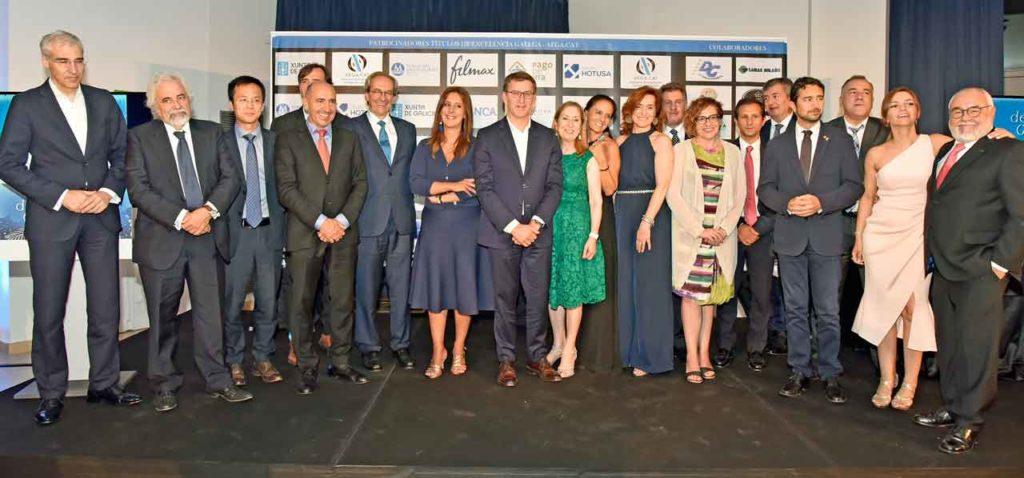 Alberto Núñez Feijóo con los premiados con el Título de Excelencia Galega de la AEGA-CAT y las autoridades que acudieron al acto.