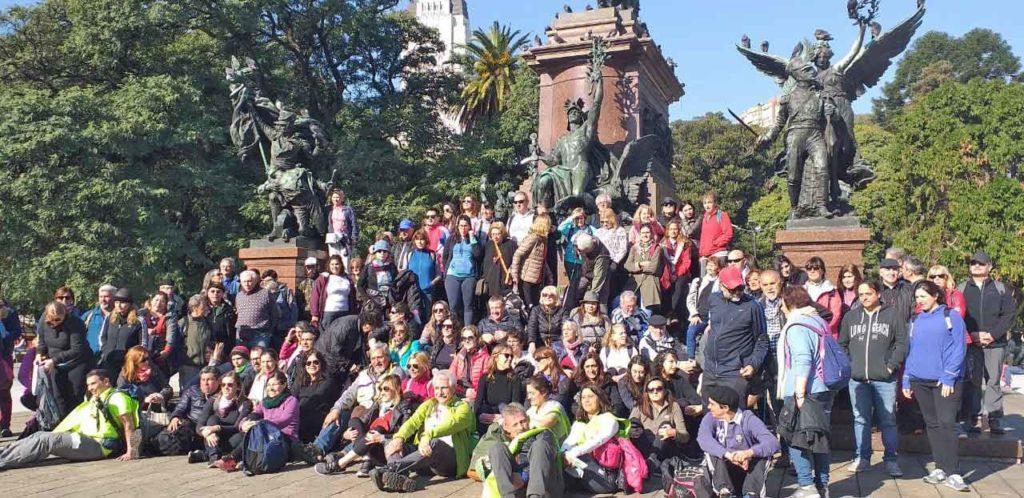 Foto de familia frente al Monumento al General José de San Martín.