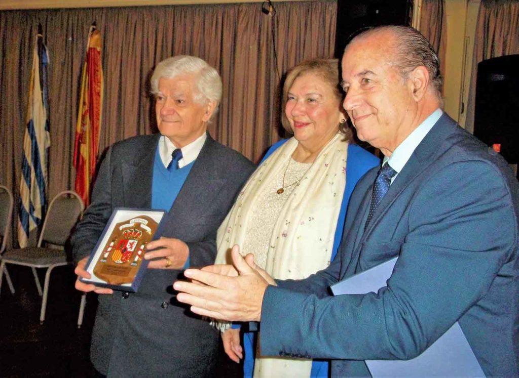 Eduardo Alonso junto a otra directiva y el presidente del Centro Español, Víctor Moldes.