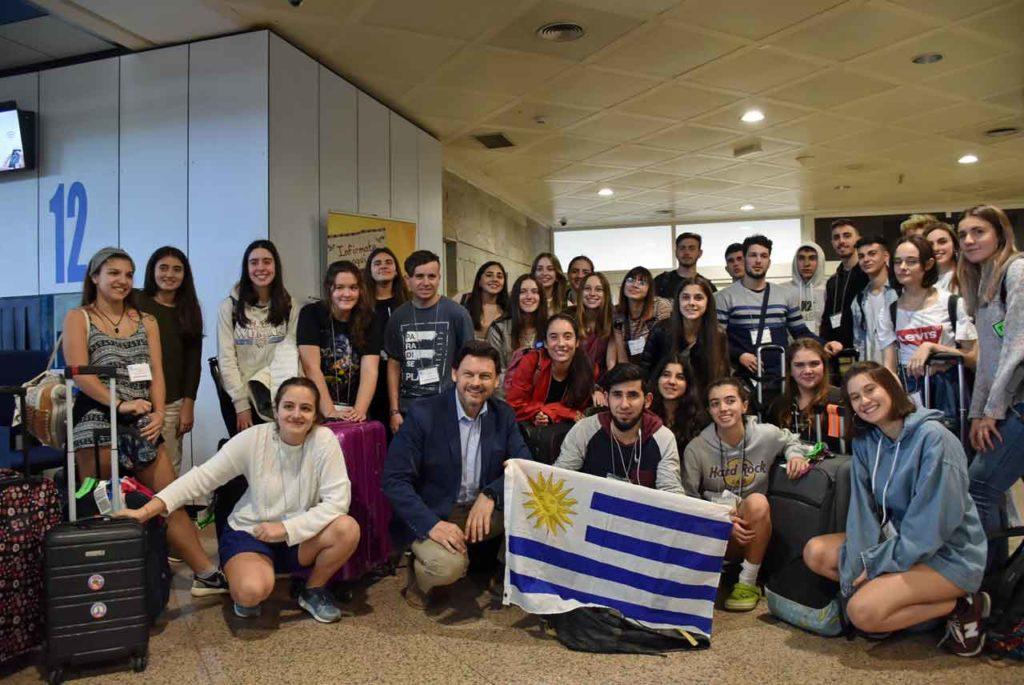 El secretario da Emigración con el grupo llegado de Uruguay.