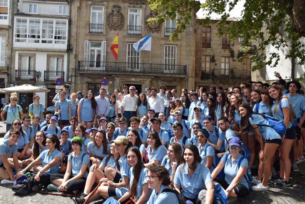Los jóvenes de Conecta con Galicia en la Plaza de Mazarelos, justo delante de la sede de la Secretaría Xeral da Emigración.