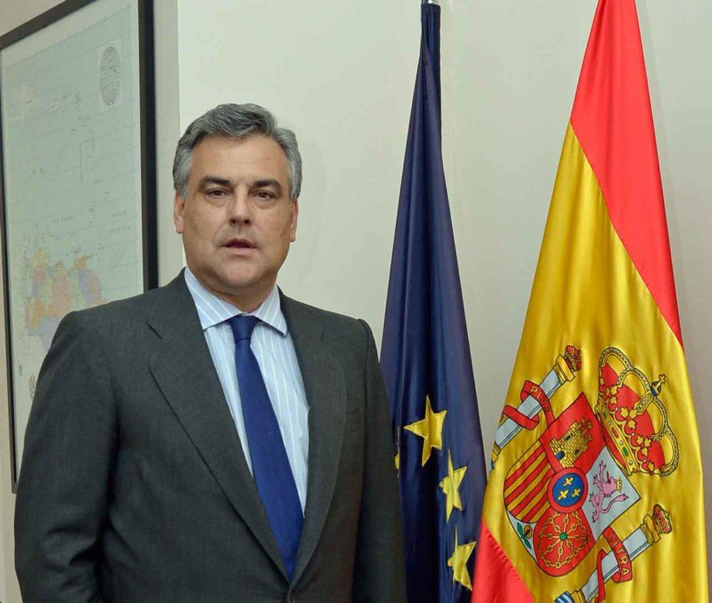El embajador Jesús Silva posa junto a las banderas de Venezuela y España.