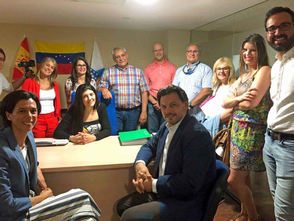 El secretario xeral da Emigración y la xefa territorial de Política Social de la Delegación de Lugo, en su visita a la nueva oficina del retorno de Fevega en la capital lucense.