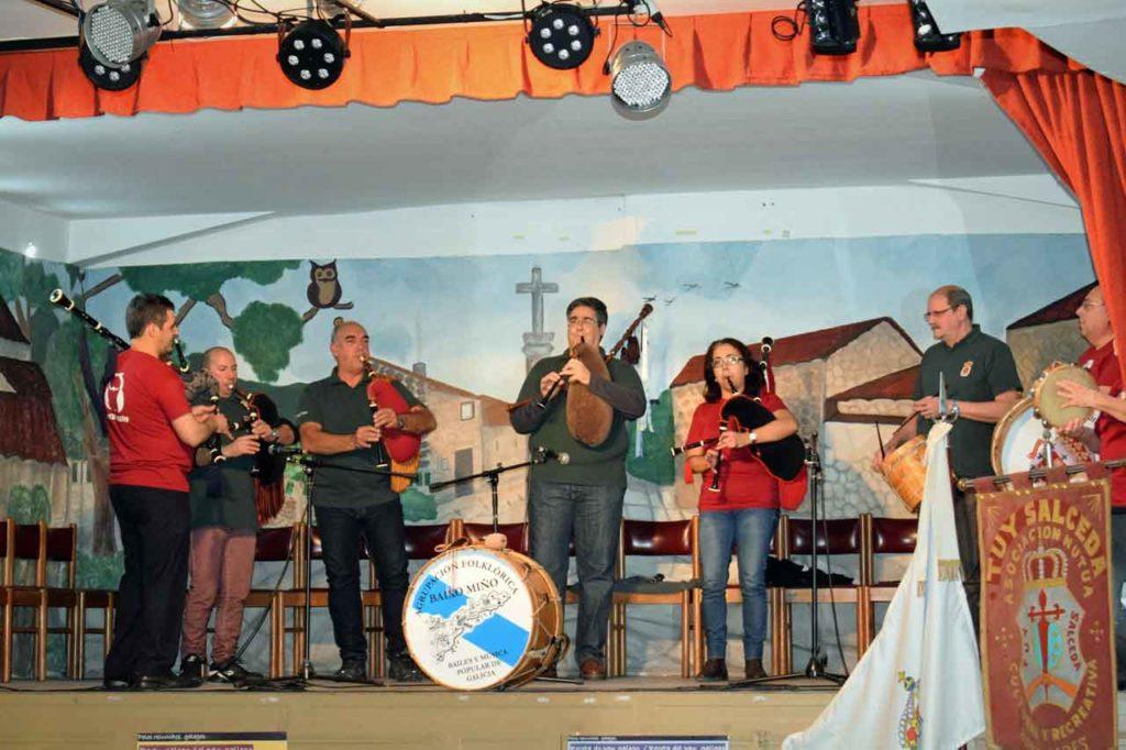 La Asociación Civil Hijos del Ayuntamiento de Zas y la Agrupación Folklórica Baixo Miño tocando juntos.