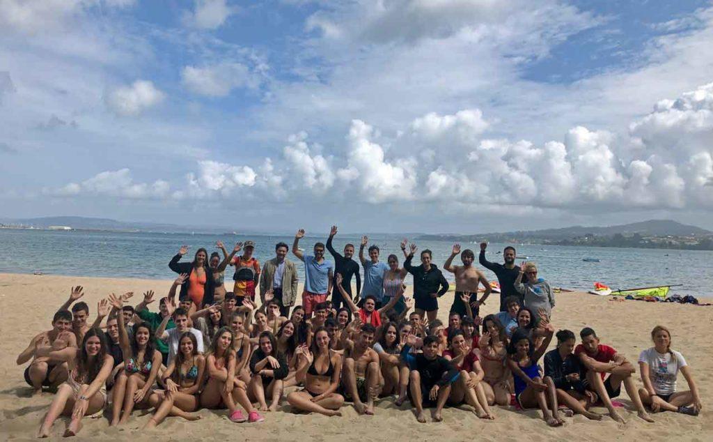 Foto de familia en la playa de Gandarío.