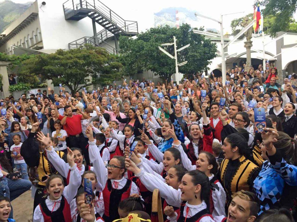 Los asistentes participaron en el 'Obeliscazo'.