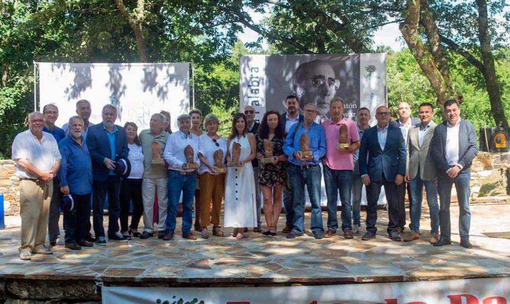 Los premiados y las autoridades que acudieron a la 11ª Festa da Palabra en la Insua dos Poetas.