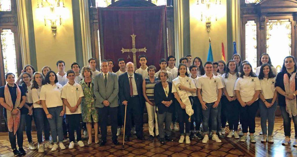 El presidente de la Junta General del Principado con los jóvenes y otras autoridades.