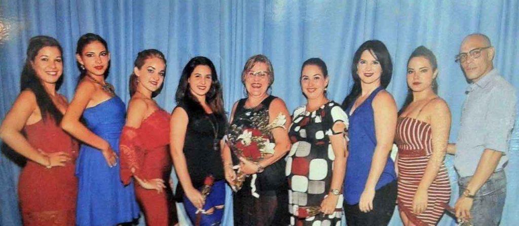 Carmen Luisa Bajo (centro) y los profesores de la Escuela de Música y Danzas Españolas.