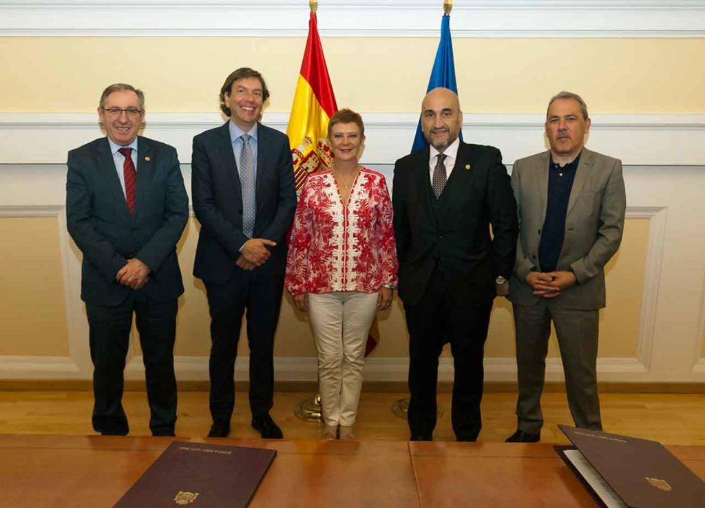 Consuelo Rumí y a su derecha el director general de Migraciones, José Alarcón, a su izquierda el Fernando Santiago, y el secretario general de Inmigración y Emigración, Agustín Torres, a la derecha de la foto.