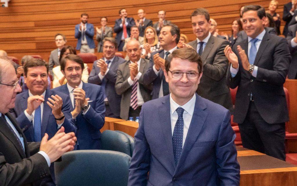 El recién elegido presidente, aplaudido durante por el presidente saliente de la Junta, Juan Vicente Herrera, y por los integrantes de su Grupo Parlamentario y de la Junta.