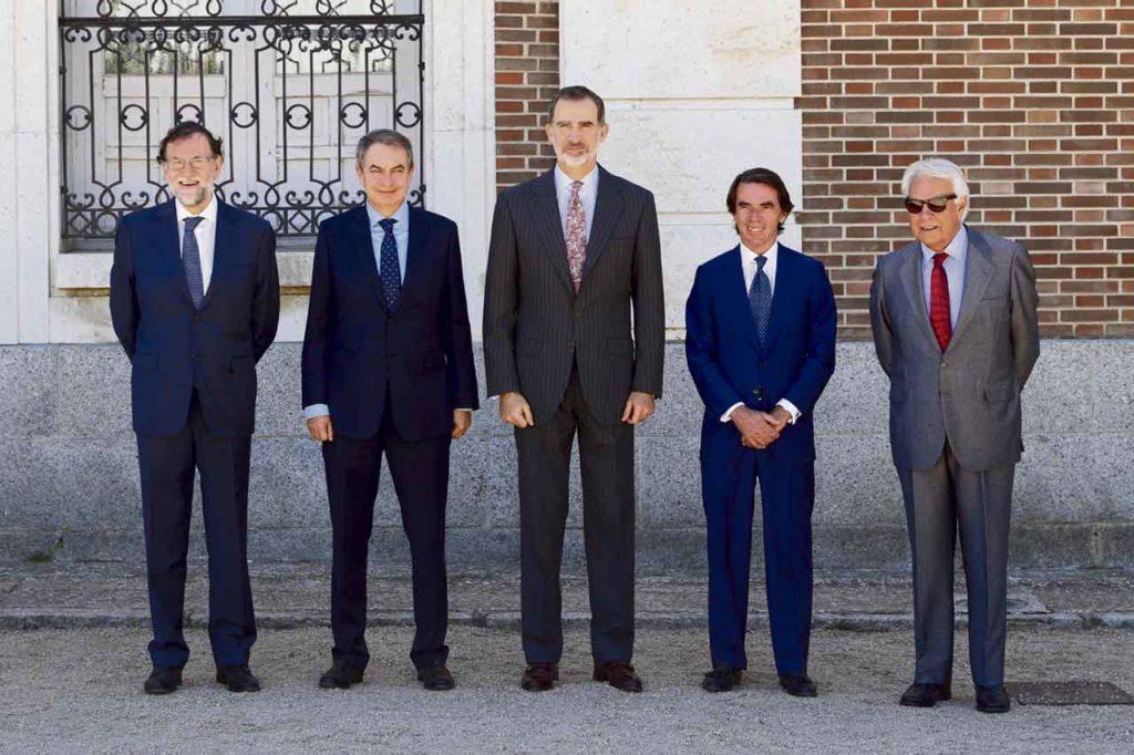 Felipe VI, flanqueado por los cuatro expresidentes del Gobierno .