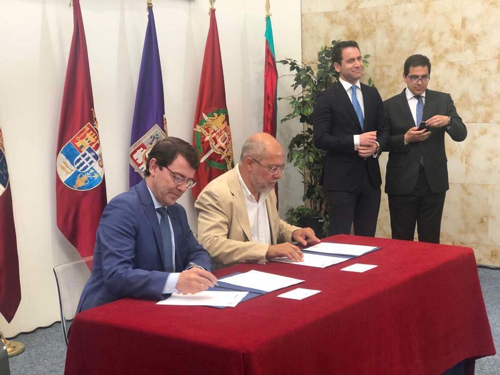 Firma del acuerdo de gobierno entre Alfonso Fernández Mañueco (Partido Popular) y Francisco Igea (Ciudadanos).
