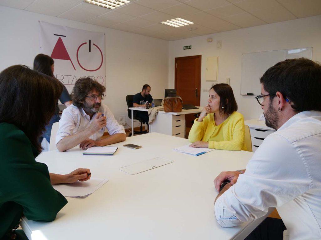 La directora de la Axencia Galega de Innovación, Patricia Argerey, visitó la empresa Ártabro Tech, que contrató un doctor en física con el programa Talento Sénior.