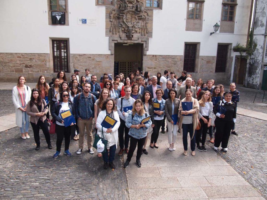 El secretario xeral de Política Lingüística, Valentín García, con estudiantes y autoridades en el acto oficial de apertura en Santiago.
