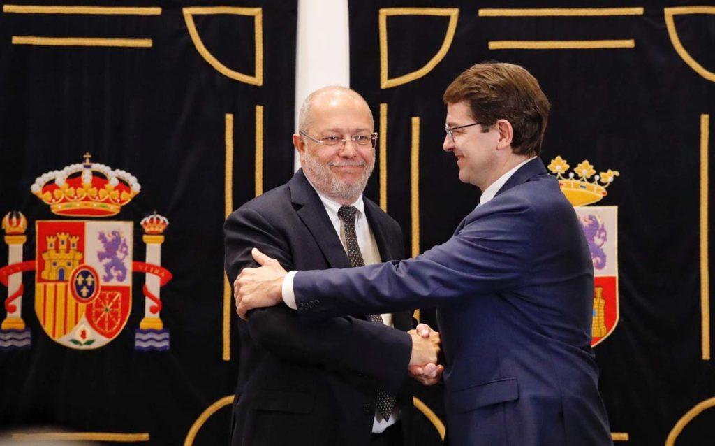 Francisco Igea (Cs) y Alfonso Fernández Mañueco (PP) sellaron el acuerdo de gobernabilidad con un apretón de manos.