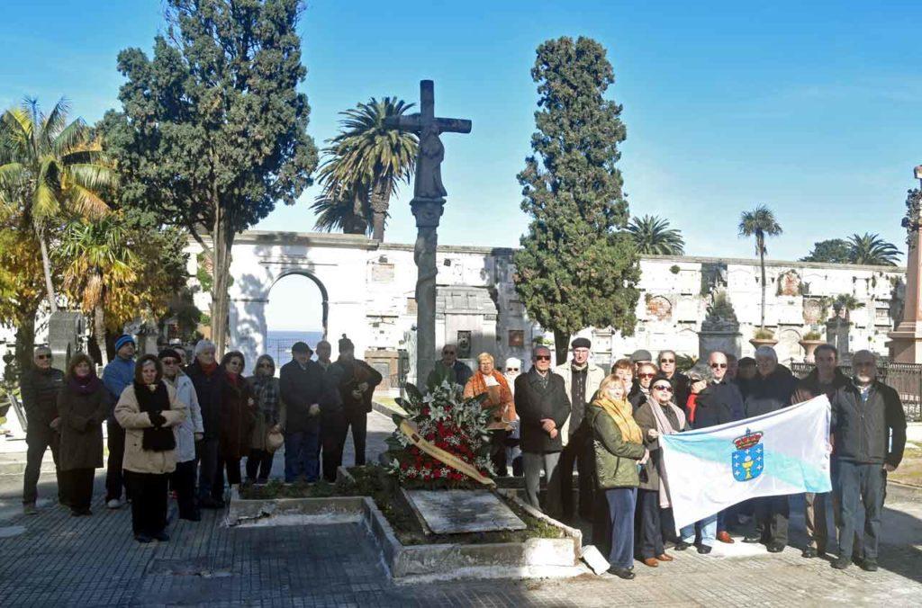 Los asistentes posaron con la bandera de Galicia.