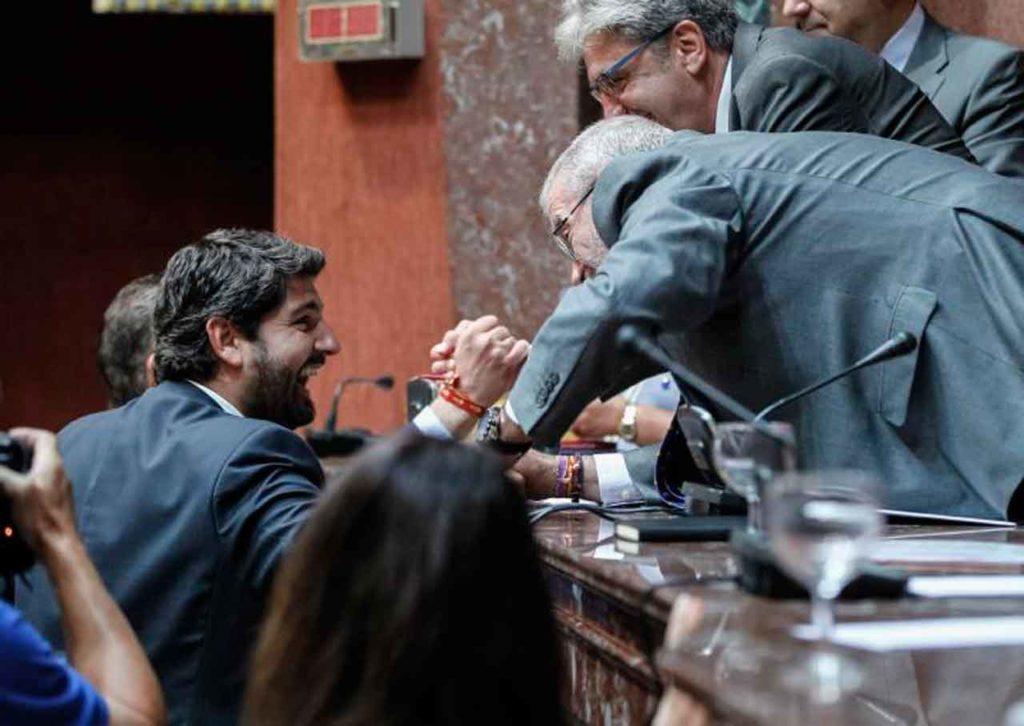Fernando López recibe la felicitación del presidente del Parlamento murciano, Alberto Castillo.