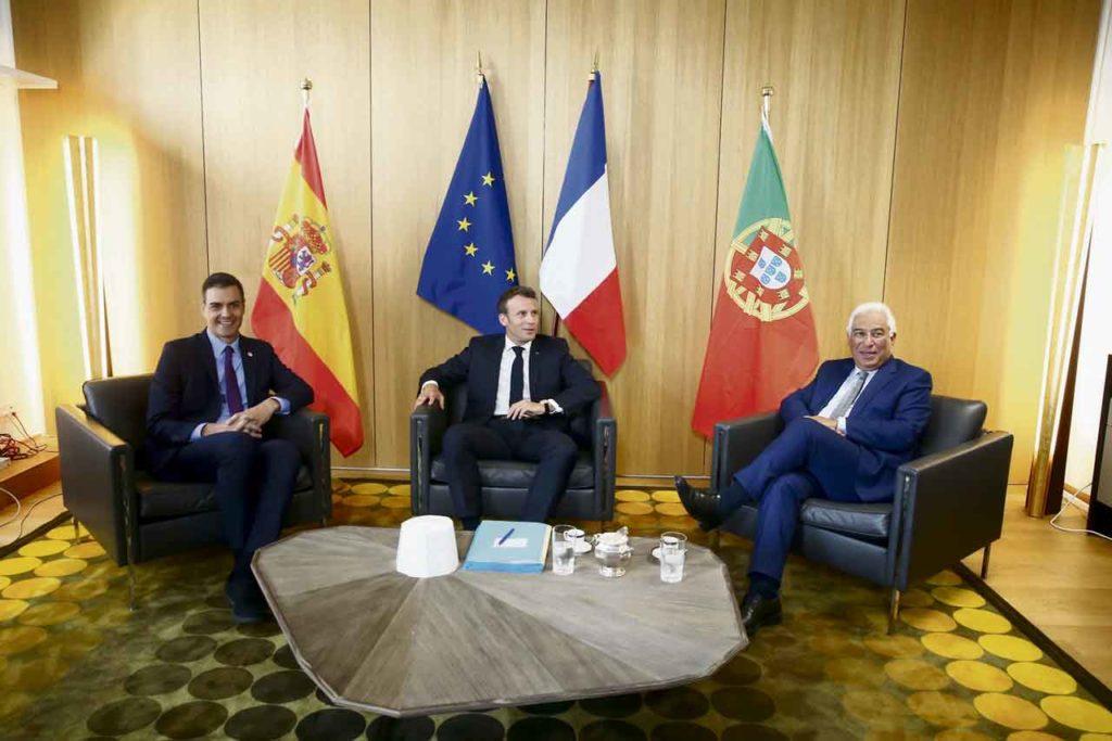 Pedro Sánchez, con el presidente francés, Emmanuel Macron, y el primer ministro portugués, António Costa, el 20 de junio en Bruselas.