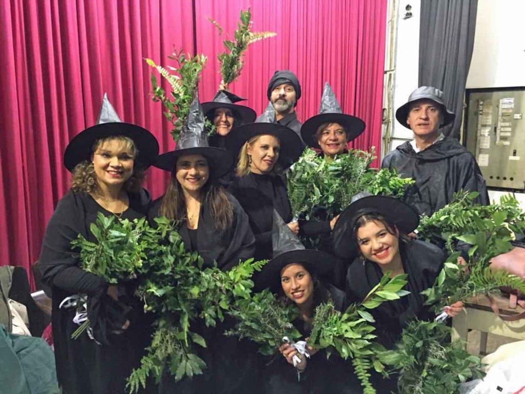 Meigas y bruxos que participaron en la fiesta.