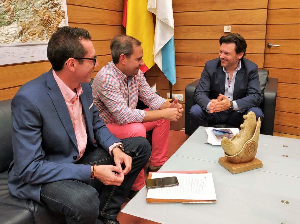 Roberto González, José A. Alejandro y Antonio Rodríguez Miranda, en el despacho de este en la capital de Galicia.