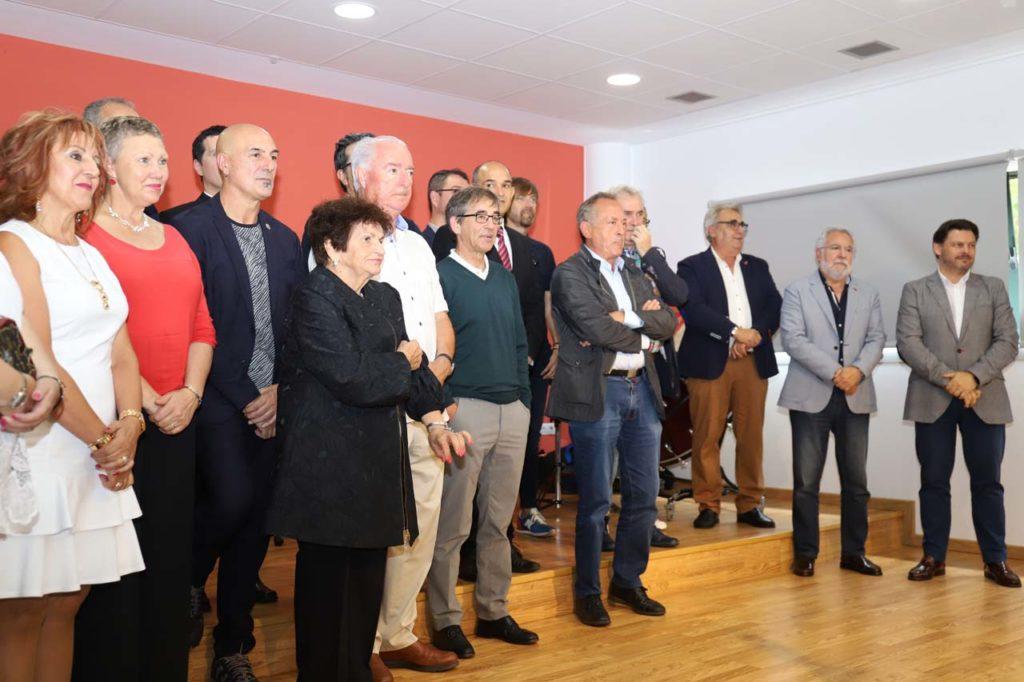 Miranda y Santalices (al fondo) junto a los premiados y otros asistentes al evento.