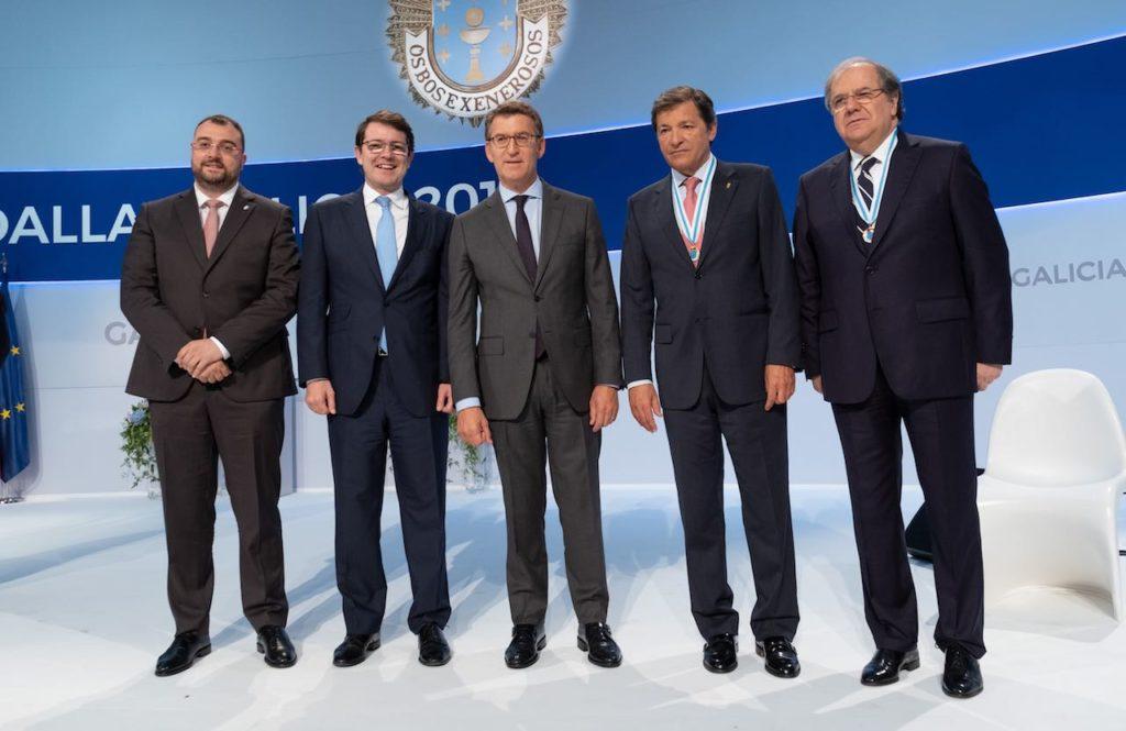 Núñez Feijóo con los presidentes de Asturias, Adrián Barbón, y de Castilla y León, Alfonso Fernández Mañueco, y los premiados Javier Fernández y Juan Vicente Herrera.