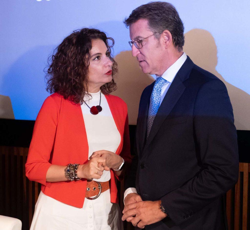 Alberto Núñez Feijóo y la ministra María Jesús Montero en el acto en el que coincidieron.