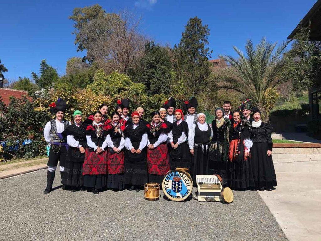 Los conjuntos artísticos de la Agrupación Mallorca lucieron sus trajes típicos.